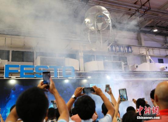 """8月23日,2017世界机器人大会在北京亦创国际会展中心开幕,在展厅内""""畅游""""的仿生水母吸引了观众的目光。 <a target='_blank' href='http://www.chinanews.com/'>中新社</a>记者 刘关关 摄"""
