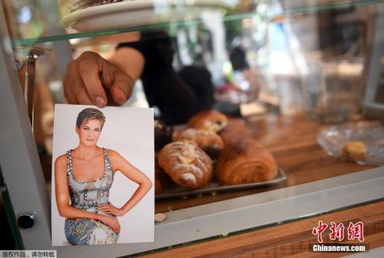 咖啡店除了售卖咖啡面包,还有戴安娜王妃的明信片。