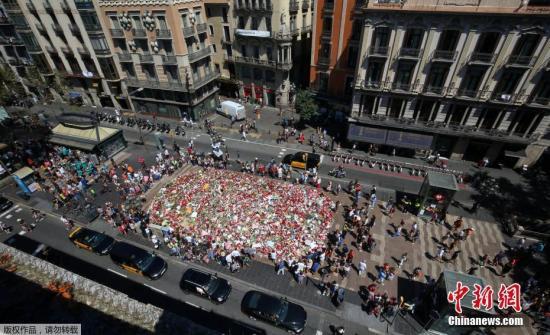 在西班牙巴塞罗那市发生的两起恐怖袭击事件中,共有14人遇难。12名涉案嫌犯中,有8名被警方击毙,4名被逮捕。图为巴塞罗那民众悼念遇难者。