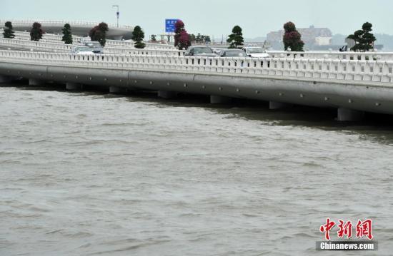 8月23日,上涨的海水将厦门演武大桥一些桥墩淹没。当日,由于台风天鸽登陆恰逢农历七月初二天文大潮,行驶在依海而建,目前世界上离海平面最低的厦门演武大桥上的车辆如贴海而行。 张斌 摄
