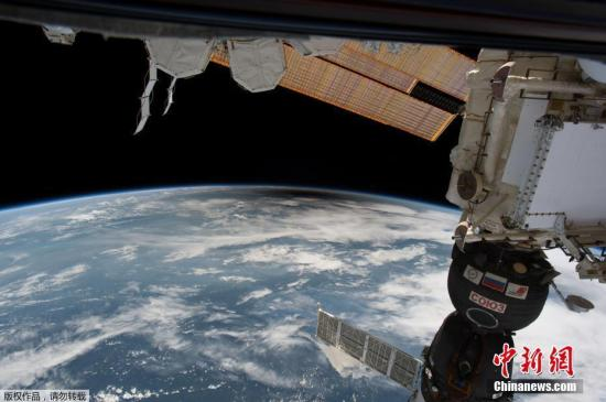 当地时间2017年8月21日,从国际空间站拍摄的日食景象。当天美国迎来罕见日食景观,此次日食在地球表面形成宽约113公里的日全食带,自西北向东南贯穿美国本土,美国14个州可观测到日全食。