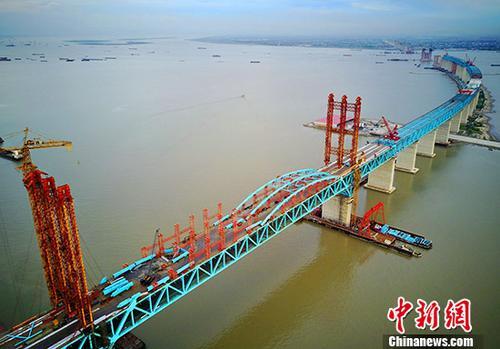 资料图:在建设中的沪通长江大桥。 <a target='_blank' href='http://www.chinanews.com/'>中新社</a>记者 许丛军 摄