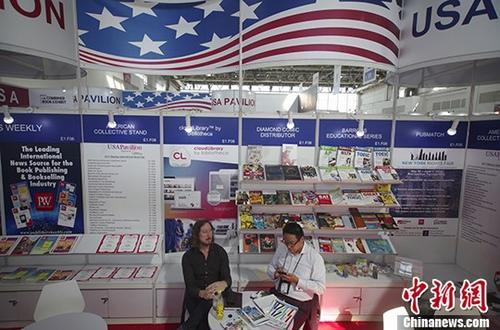 图为美国展商在展览图书。 <a target='_blank' href='http://www.chinanews.com/'>中新社</a>记者 贾天勇 摄