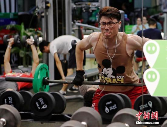 """8月23日晚,上海民众在健身房锻炼身体。随着上海首家24小时""""不打烊""""百姓健身房的开业,夜间健身越来越受到市民的青睐。 /p中新社记者 殷立勤 摄"""