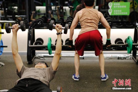 资料图:使用健身房中的器械锻炼时应注意自我保护。<a target='_blank' href='http://www.adresbilgi.com/'>中新社</a>记者 殷立勤 摄