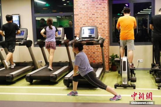 资料图:上海民众在健身房锻炼身体。 /p中新社记者 殷立勤 摄