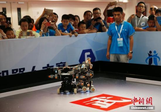 资料图:2017世界机器人大会上,机器人格斗赛吸引了观众的目光。 /p中新社记者 刘关关 摄