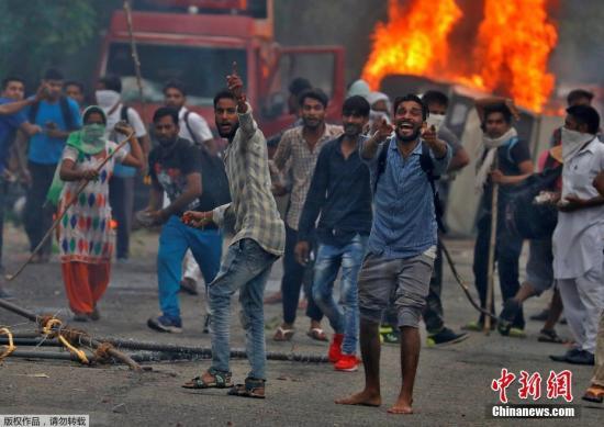"""据外媒报道,当地时间8月25日,印度哈里亚纳邦及旁遮普邦发生多起暴力骚乱事件,目前已经导致近20人死亡,约200人受伤。报道称,此次印度发生的大规模骚乱与一起案件的判决有关。当地时间25日,印度中央调查局判处印度一名自创教派的""""领袖""""辛格(Gurmeet Ram Rahim Singh)强奸罪成立,并将于当地时间28日宣布其刑期。媒体此前报道称,在判决之前,辛格的大量支持者就已经聚集抗议。25日其被宣判有罪后,支持者爆发大规模骚乱,哈里亚纳邦及旁遮普邦发生数百起骚乱事件,多个城市实行宵禁,印度军队已介入。报道称,印度警方朝抗议民众发射了催泪瓦斯和水柱,信徒则向警方投掷石块,并推倒了两辆媒体..."""