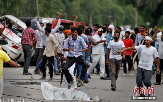 """当地时间8月25日,印度哈里亚纳邦及旁遮普邦发生多起暴力骚乱。报道称,此次印度发生的大规模骚乱与一起案件的判决有关。当地时间25日,印度中央调查局判处印度一名自创教派的""""领袖""""辛格(Gurmeet Ram Rahim Singh)强奸罪成立,并将于当地时间28日宣布其刑期。"""