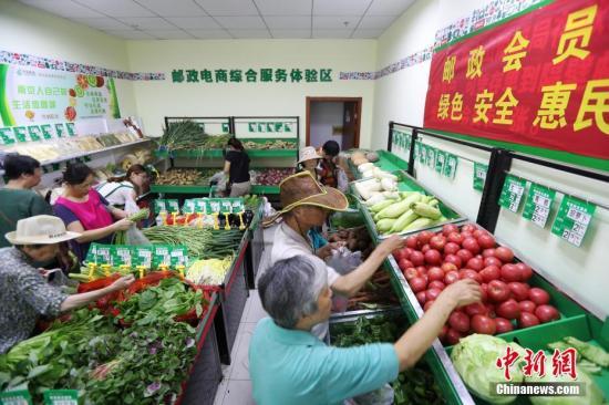 市民选购农副产品。 中新社记者 泱波 摄