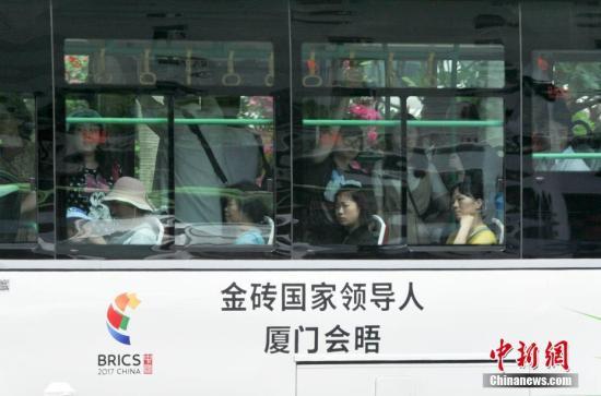 """8月25日,一辆印有""""金砖国家领导人厦门会晤""""标语的公交车行驶在厦门街头。金砖国家领导人第九次会晤将于9月3日至5日在福建厦门举行。 <a target='_blank' href='http://www.chinanews.com/'>中新社</a>记者 张斌 摄"""