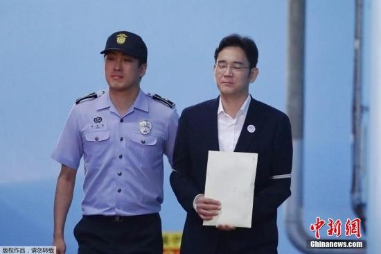 当地时间2017年8月25日,韩国三星集团副会长李在�F被押往首尔中央地方法院。