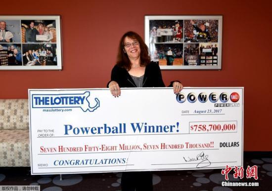 资料图:一位美国女子中约7.6亿美元大奖,展示她的巨额支票。