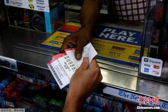 资料图:民众在一家强力球售卖点购买彩票。