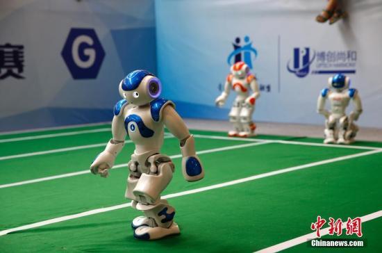 8月25日,2017世界机器人大会上,机器人接力赛吸引了观众的目光。 <a target='_blank' href='http://www.chinanews.com/'>中新社</a>记者 刘关关 摄