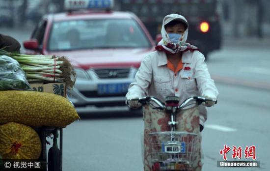 2017年8月28日,沈阳大幅降温天气,局部地区最低气温将降至10℃以下,市民穿秋冬服装出行。 图片来源:视觉中国
