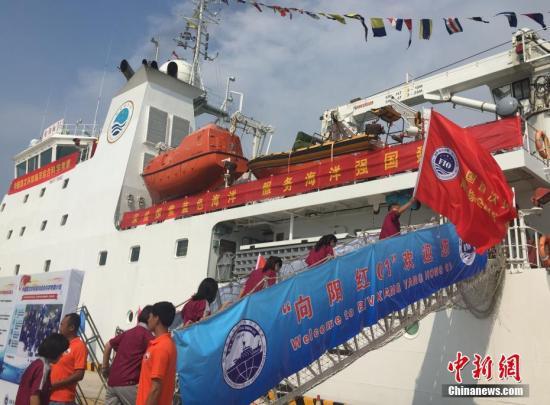 """8月28日,中国目前最先进的新一代科考船""""向阳红01""""号从青岛起航,开始执行首次环球海洋综合科学考察,这是中国首次将大洋科考与极地科考整合在一起的环球海洋综合科学考察。<a target='_blank' href='http://www.chinanews.com/'>中新社</a>记者 阮煜琳 摄"""