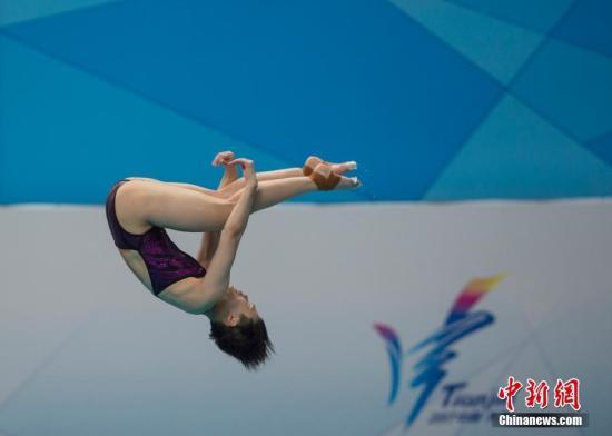 8月28日,天津全运会跳水比赛女子3米跳板单人决赛进行,来自重庆队的施廷懋以总分409.20分夺得金牌。图为施廷懋在比赛中。中新社记者 李卿 摄