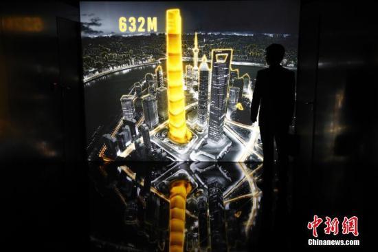 """8月28日晚,位于上海中心大厦125、126层的""""巅峰632""""空间正式对公众开放。上海中心首次将功能机械艺术化,独具匠心的把阻尼器制成具有深刻寓意、集功能和美观性于一体的艺术品,同时把126层阻尼器上部空间打造成了集科技、人文、艺术为一体的多用空间。在阻尼器上方,安装着""""巅峰之眼""""――这座酷似眼睛的雕塑,造型取材于《山海经》中的烛龙之眼,被称为""""上海慧眼""""。<a target='_blank' href='http://www.chinanews.com/'>中新社</a>记者 汤彦俊 摄"""