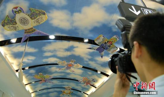"""资料图:成都机场航站楼""""风筝""""装饰吸引拍摄者。刘忠俊 摄"""