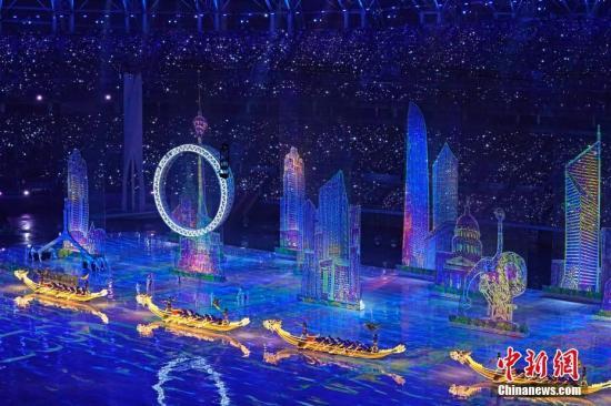 8月27日晚,中华人民共和国第十三届运动会在天津奥林匹克中心体育场举行开幕式。图为文体展演中的天津标志性建筑灯光秀。中新社记者 佟郁 摄