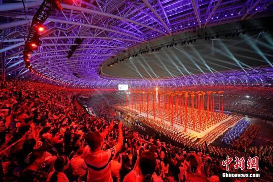 8月27日晚,中华人民共和国第十三届运动会在天津奥林匹克中心体育场举行开幕式。现场观众欣赏文体展演。 记者 佟郁 摄