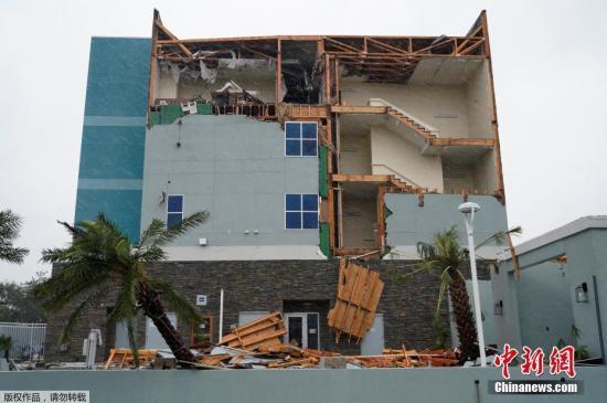 一栋房屋的整面外墙被吹落,直接看到屋内设施。