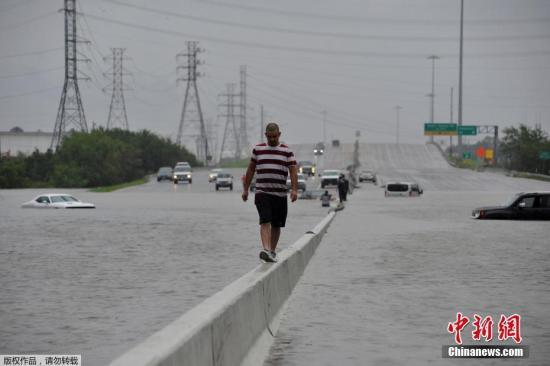 """8月28日消息,大西洋风暴""""哈维""""经36小时对美国南部沿海地区的袭击,持续对得克萨斯州造成次生灾害。城市主要高架干道因部分路段积水过深而被封锁。目前,休斯敦市发生内涝,已致3死,数百人因洪水被困家中等待救援。"""