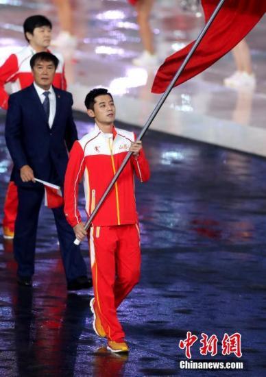 8月27日,第十三届全运会在天津奥体中心体育场开幕,张继科担任山东代表团旗手。 <a target='_blank' href='http://www.chinanews.com/'>中新社</a>记者 张宇 摄