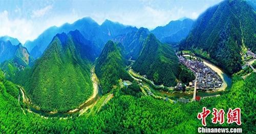 """资料图:中国生态文明建设的""""黄山样板""""。中新社记者 钟欣 摄"""