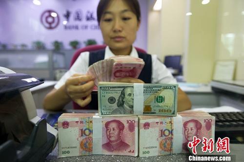 材料图:银行工干人员正清点钱币。中新社记者 张云 摄