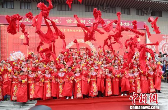 """甘肃庆城举行集体婚礼抵制农村""""天价彩礼""""(图文无关)。 南如卓玛 摄"""