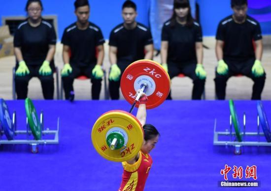 8月29日,天津全运会女子58公斤级举重决赛现场,来自福建的柴丽娜以抓举105公斤、挺举133公斤、总成绩238公斤获得冠军。图为柴丽娜正在比赛。中新社记者 翟羽佳 摄