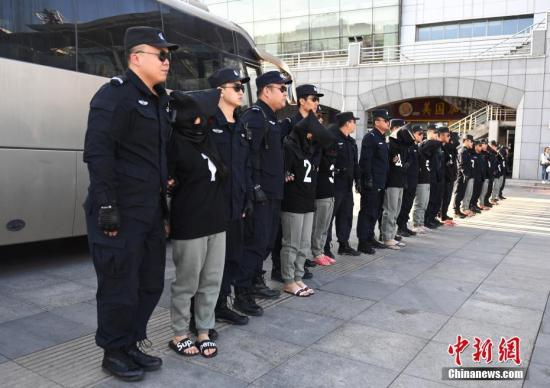 8月29日,在长春火车站,10名电信诈骗犯罪嫌疑人被长春警方从缅甸经云南押解回国。据悉,这十名犯罪嫌疑人自2013年1月开始作案235起,跨24个省、自治区、直辖市,涉案金额360万元人民币。 中新社记者 张瑶 摄