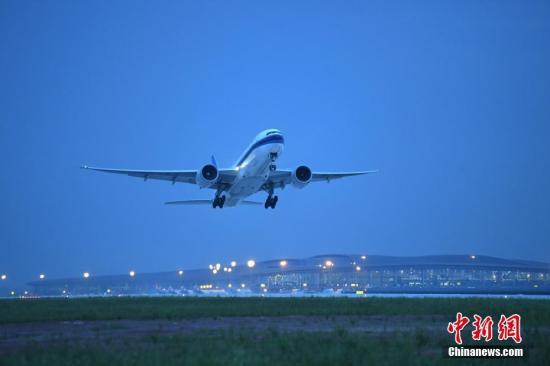 民航局:去年民航运输超5.5亿人次 客运航班平均?#28216;?4分钟