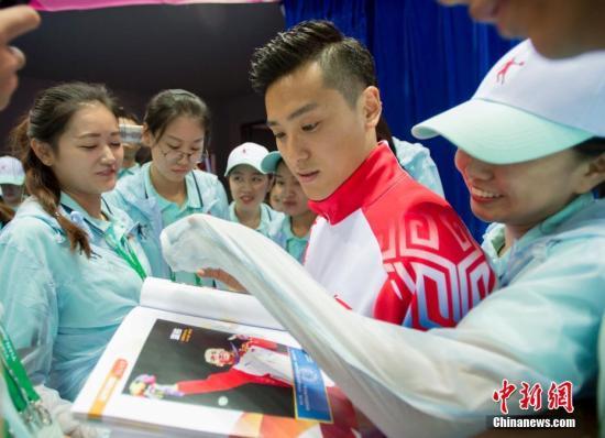 资料图:董栋为志愿者签名。<a target='_blank' href='http://www.chinanews.com/'>中新社</a>记者 李卿 摄