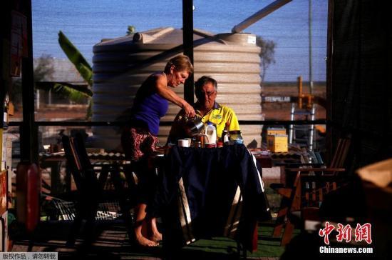 巨石阵小镇居民Judy和Jeff Baldry在准备吃早餐。