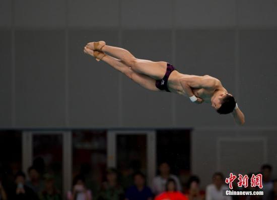 8月28日,天津全运会进行男子单人10米跳台决赛,来自广东的奥运冠军陈艾森以613.55的高分夺得冠军。图为陈艾森在比赛中。 <a target='_blank' href='http://www.chinanews.com/'>中新社</a>记者 李卿 摄