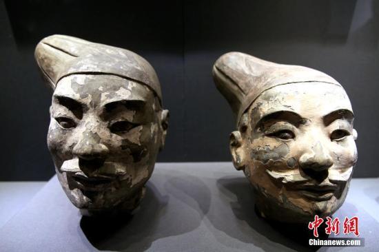 """8月30日,展馆内展出的保护后的彩绘俑头。当日,""""留住色彩――陶质彩绘文物保护成果展""""于西安秦始皇帝陵博物院开幕,共展出先秦至元代的陶制彩绘文物121件(组)。通过集中展示近年来陶质彩绘文物的保护成果,以提升公众保护文物的意识。据秦始皇帝陵博物院院方介绍,经过多年艰苦攻关,首次在兵马俑的彩绘中发现了古人人工合成的""""中国蓝""""和""""中国紫""""。 中新社记者 张远 摄"""