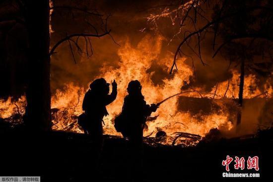 资料图:美国加州奥罗维尔野火肆虐,火光冲天。