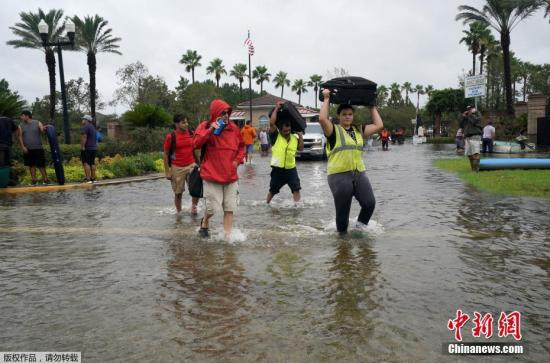"""当地时间2017年8月29日,美国得克萨斯州,飓风""""哈维""""重创得州,灾民疏散工作持续。"""