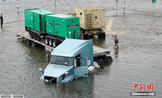 """资料图:飓风""""哈维""""重创得州,灾民疏散工作持续。"""