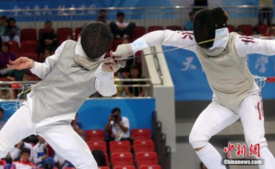 8月29日,天津全运会男子花剑个人赛在体育学院体育馆举行,福建陈海威(左)、香港崔浩然(右)分别获得金、银牌。图为两人在比赛中。 中新社记者 张宇 摄