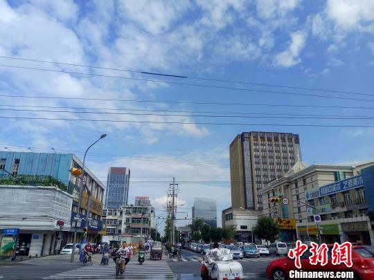 资料图:济南秋日蓝天。 赵晓 摄