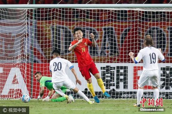 乌兹别克斯坦队球门前混战。图片来源:视觉中国