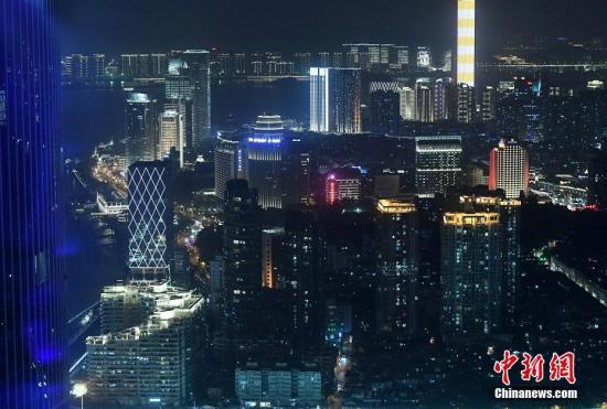 材料图:厦门鹭江讲四周都会夜景。a target='_blank' href='http://www.chinanews.com/'中新社/a记者 张斌 摄