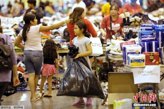 """资料图:美国得克萨斯州,飓风""""哈维""""带来重创,受灾民众在休斯顿一处避难所内。"""