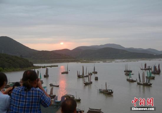 资料图:苏州光福镇太湖渔港村太湖岸边,一艘艘渔船沐浴着朝阳驶向湖心,开始一个全新的捕鱼季。 周古凯 摄
