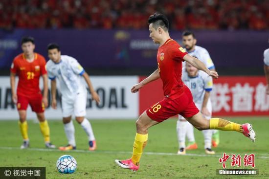 中国男足队员郜林带球突破。图片来源:视觉中国