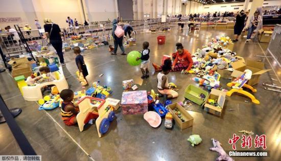 """当地时间2017年8月30日,美国得克萨斯州,飓风""""哈维""""带来重创,受灾民众在休斯顿一处避难所内。图为儿童在避难所内玩耍。"""